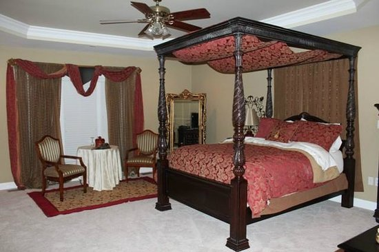 Southern Grace Bed and Breakfast: The beautiful bed in the Southern Grace Suite