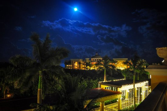 Iberostar Grand Hotel Paraiso : The hotel is incredible at night