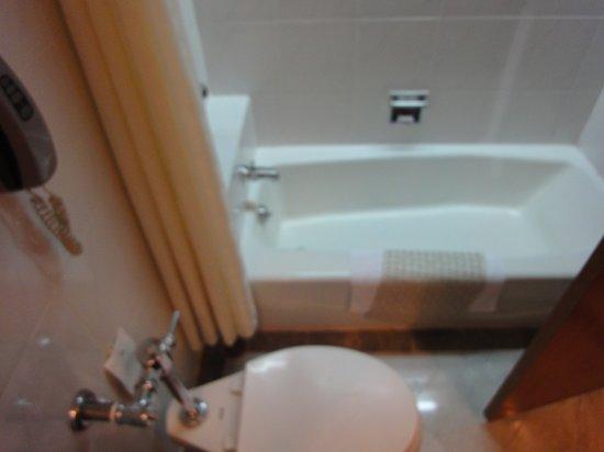 Montien Hotel Bangkok: Bad 