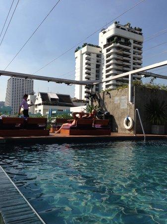 Galleria 10 Hotel Bangkok by Compass Hospitality : 小さいけどプールあり