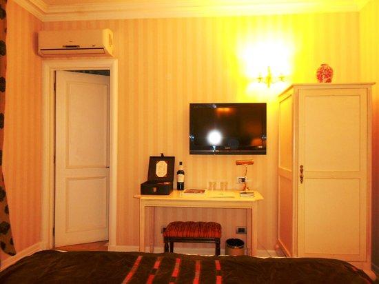Le Reve Hotel Boutique: TV e porta do banheiro