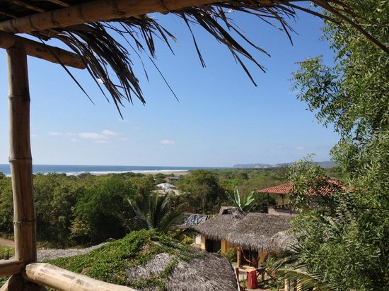 La Buena Vida Hotel- Ayampe: Surf check from the lookout stand on the property.