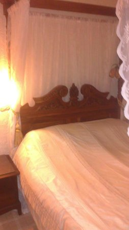 The Grey House Hotel: lovely bed