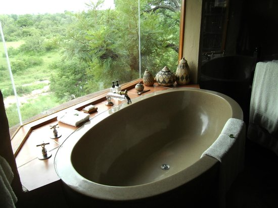 Lukimbi Safari Lodge: Bad mit Aussicht