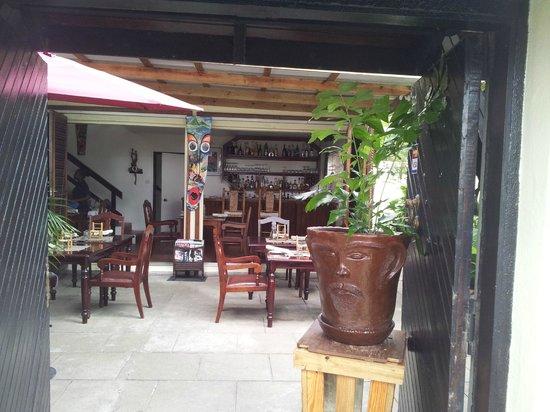 Orlando's Restaurant & Bar: Getting into the yard