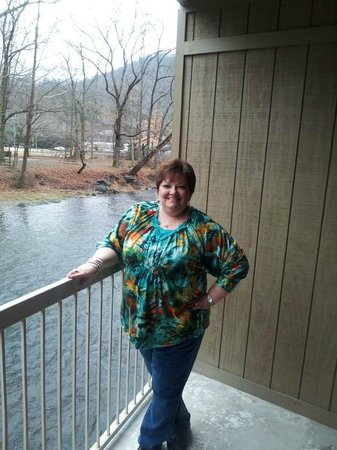 River's Edge Motel: Me on the balcony~~!