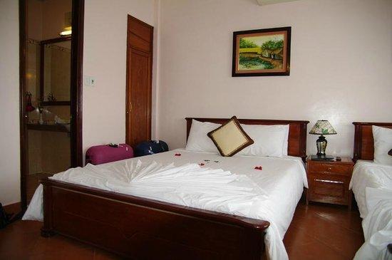 Holiday Diamond Hotel: Porte de la penderie dans la chambre au fond àgauche de la photo