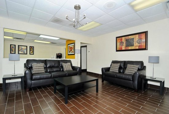 Econo Lodge Salisbury: Lobby Seating Area