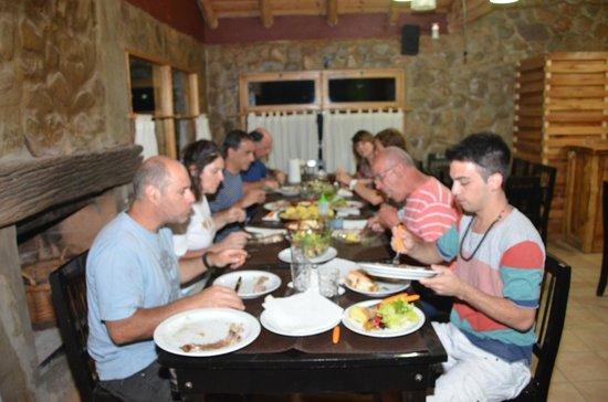 Complejo Turistico Los Molles: Las amistades hechas después de las caminatas, nos llevaron a comer juntos