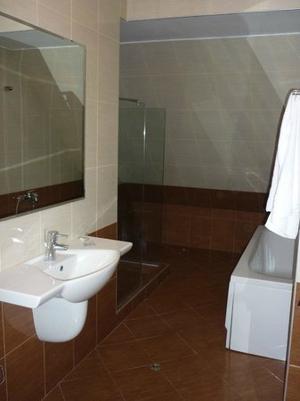 Block 531 Aparthotel: bathroom 2nd floor:spacious and clean