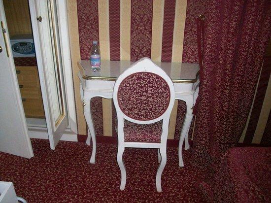 Alcyone Hotel: Tavolino e sedia
