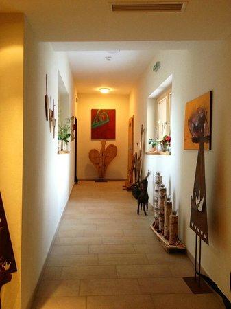 Hasenau: Der schön dekorierte Gang von der Rezeption zu den Zimmern im Neubau.