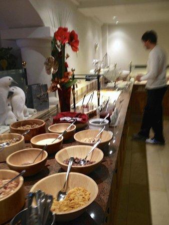 Hasenau: Frühstücksbuffet (vorne: Müsliauswahl, dahinter Wurst-/Käseauswahl)