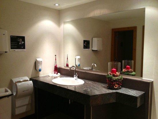 Hasenau: auch die Gästetoiletten nahe Restaurant/Bar sind neu + mit viel Liebe eingerichtet.