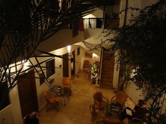 Dahab Coachhouse: Innenhof am Abend