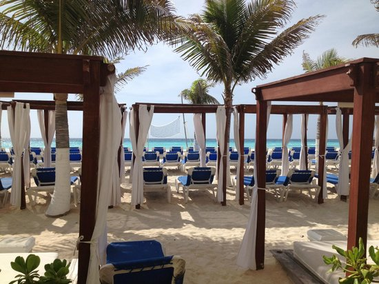Gran Caribe Resort: We could walk out of our room straight out to the beach.