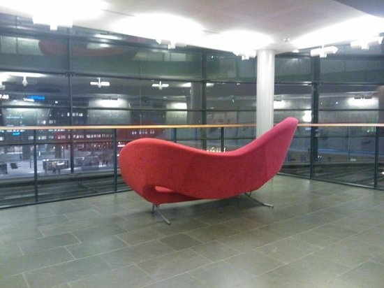 Scandic Simonkentta: Red sofa on every floor lobby