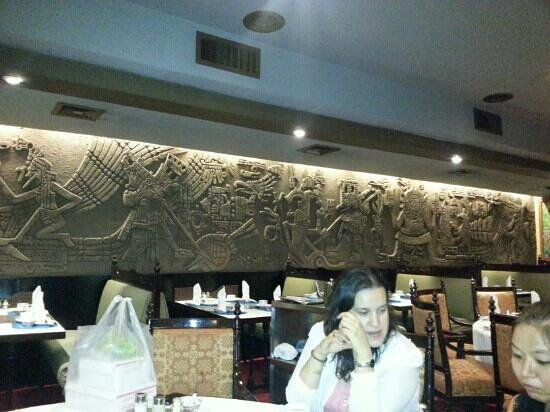 Scala Shark's Fin Restaurant: Mayan decorated wall
