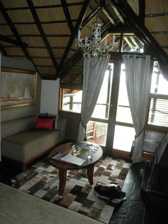 Tshukudu Bush Lodge: Seating in room