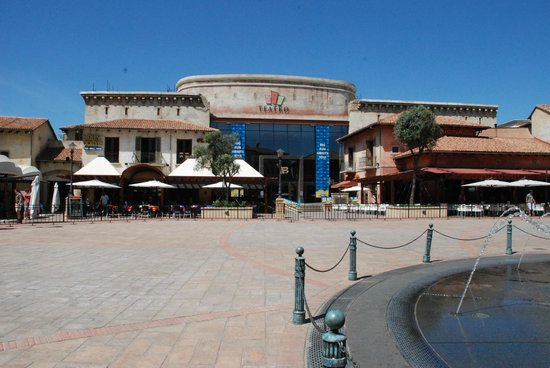 SunSquare Montecasino: View of the square in front of the otel housing restaurants, casino, theatre and shops.