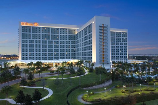 Hilton Orlando: Hotel Exterior at Twilight