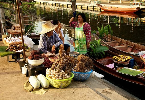 Amphawa, Thailand: Some of the boats selling food