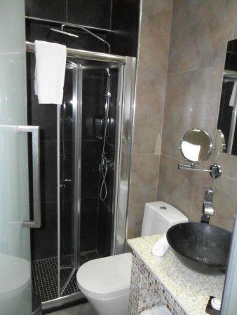 Achilleos City Hotel: small bathroom