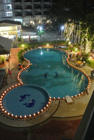 Cera Resort Chaam: Pool by night
