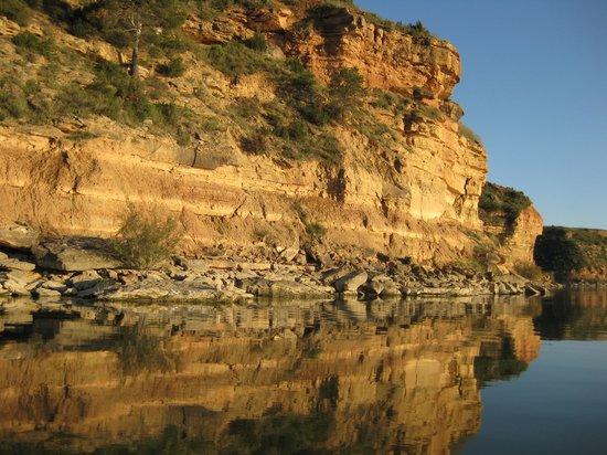 Caspe: kliffen van zandsteen langs de Ebro