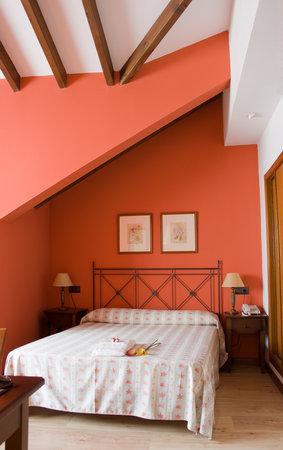 Hotel Torrepalacio: Habitación abuhardillada situada en la última planta