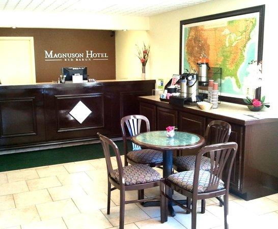Magnuson Hotel Red Baron : Lobby