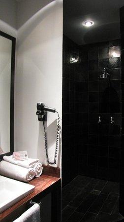 Market Hotel: bathroom