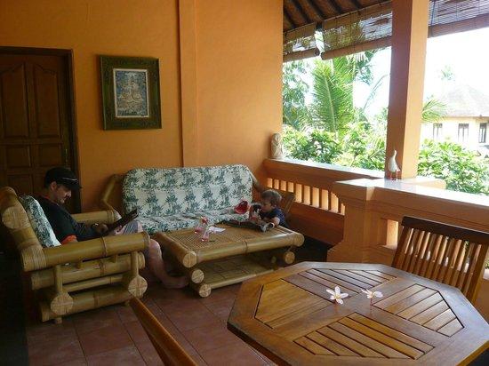 Sri Sunari Guest House: Terrasse