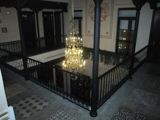Hotel Casa 1800 Sevilla: patio interior de acceso a las habitaciones