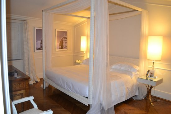 Hotel Brunelleschi: King canopy bed in a spacious room!