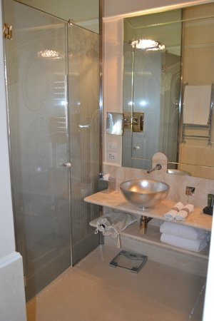 Hotel Brunelleschi: Huge Bathroom Suite! Enclosed toilet and bidet, double sinks and jetted bathtub!