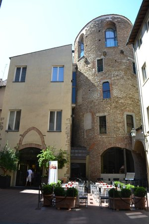 Hotel Brunelleschi: Front entrance of the hotel. Outside seating area for the restaurant.