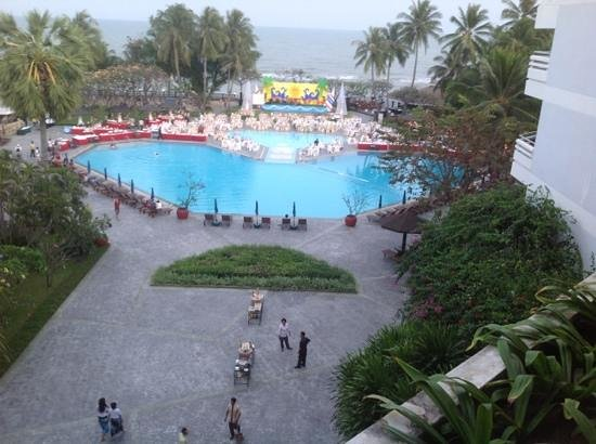 The Regent Cha Am Beach Resort: main pool area on New Years Eve