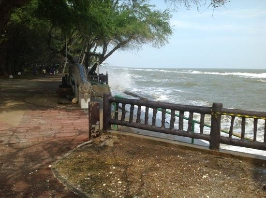 The Regent Cha Am Beach Resort : Looking out to sea on a choppy day