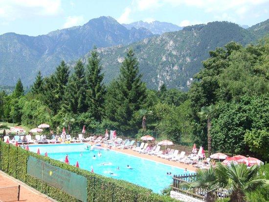 Campi Residence: Poolen med bjergene i baggrunden
