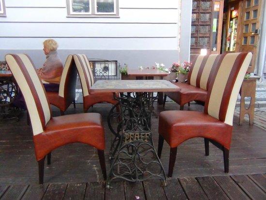 Vecmeita Ar Kaki: Outside tables