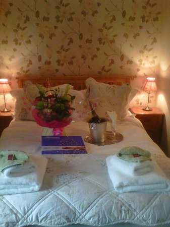 Nateby Inn: Lovely quaint and clean bedroom, inc. flowers/champagne/chocolates requested by my partner