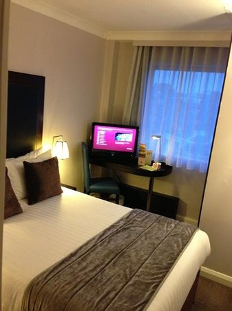 Mercure London Kensington: very small desk