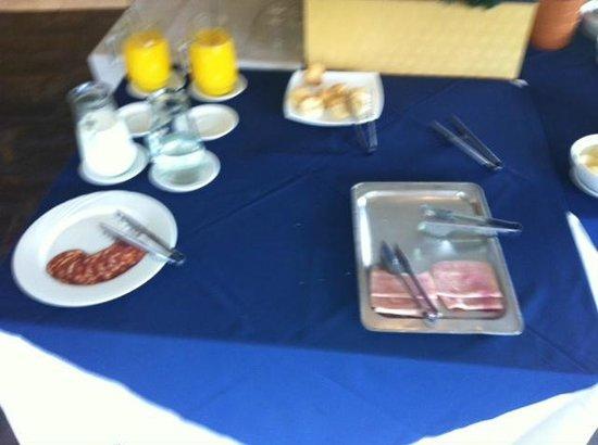 Fueguino Hotel Patagonico: breakfast table