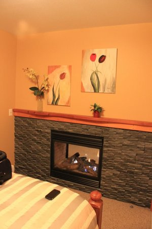 Sunshine Coast Resort Hotel & Marina: Fireplace in the bedroom