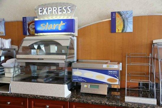 Holiday Inn Express Hotel & Suites Belleville: 1F 朝食コーナー