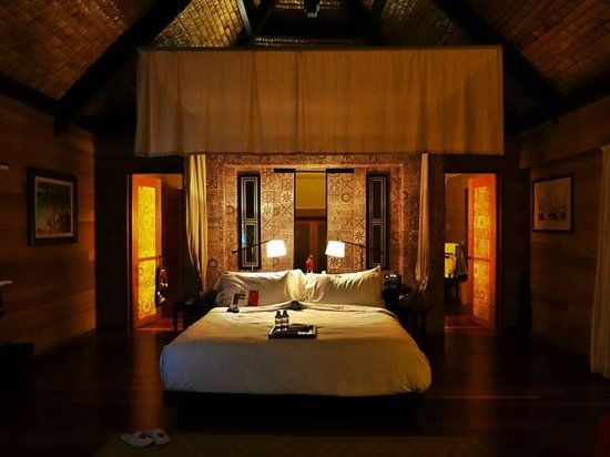 The St. Regis Bora Bora Resort: bedroom :) so warm and inviting