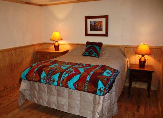 Colorado Cabin Adventures : Moose Crossing Cabin Bedroom