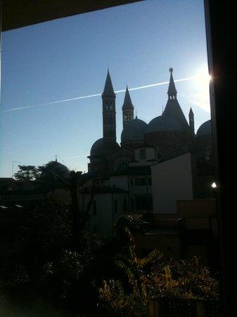 Hotel Al Santo: Foto della Basilica di Sant'Antonio scattata dalla camera del hotel
