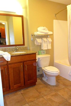 Candlewood Suites Tallahassee: Clean bathroom